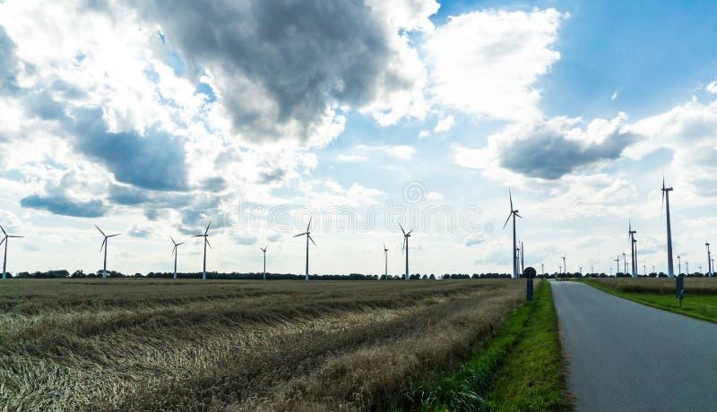 Mulini di vento su un campo fotografia stock libera da diritti
