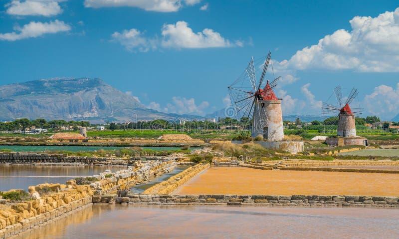Mulini a vento alla riserva naturale del ` salino di Stagnone di dello del ` vicino alla Marsala ed a Trapani, Sicilia fotografia stock libera da diritti