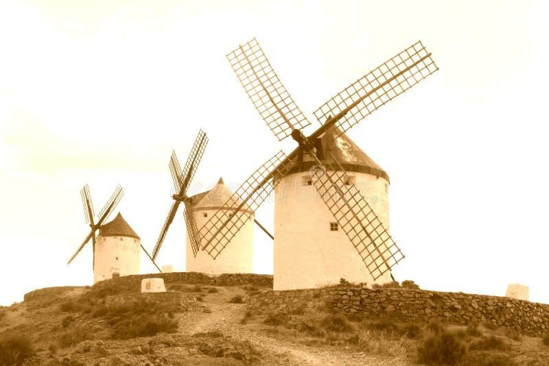 Mulini a vento antichi tradizionali lungo l'itinerario di Don Quichot, Spagna fotografia stock libera da diritti