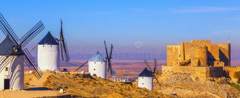 Mulini a vento a Consuegra, La Mancha, Spagna fotografia stock