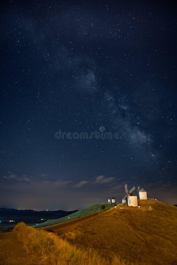Mulini a vento di Consuegra in corso la Via Lattea - La Mancha, Spagna fotografia stock