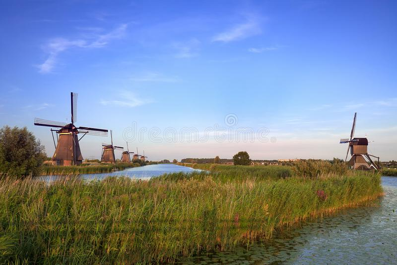 Mulini a vento di Kinderdijk nei Paesi Bassi in una fila fotografie stock