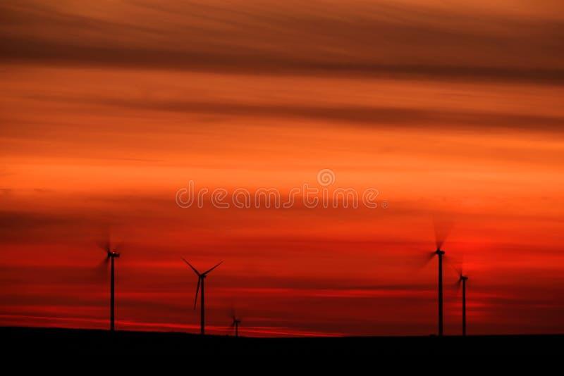 Mulini a vento dopo il tramonto immagini stock libere da diritti