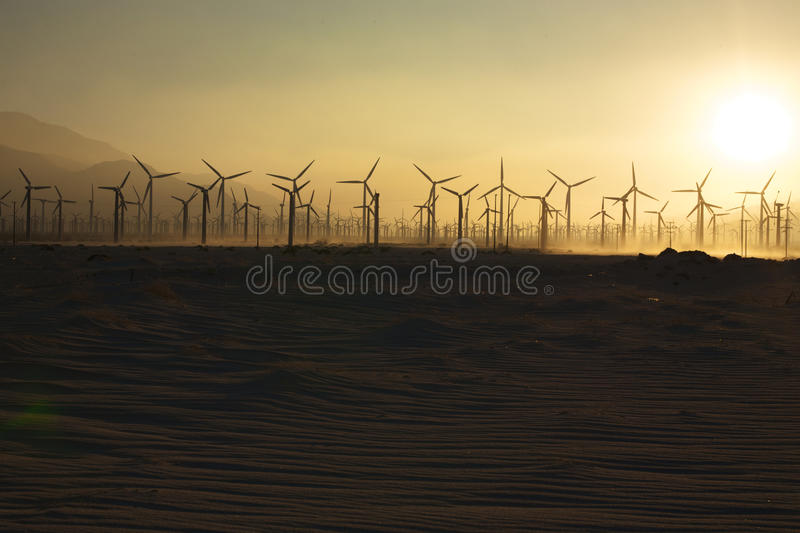 Mulini a vento e sabbia al tramonto 1 fotografie stock