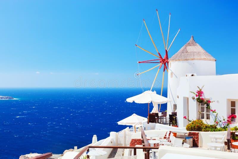 Mulini a vento famosi nella città di OIA su Santorini, Grecia fotografia stock libera da diritti