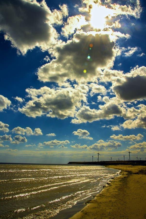 Mulini a vento in mare fotografia stock