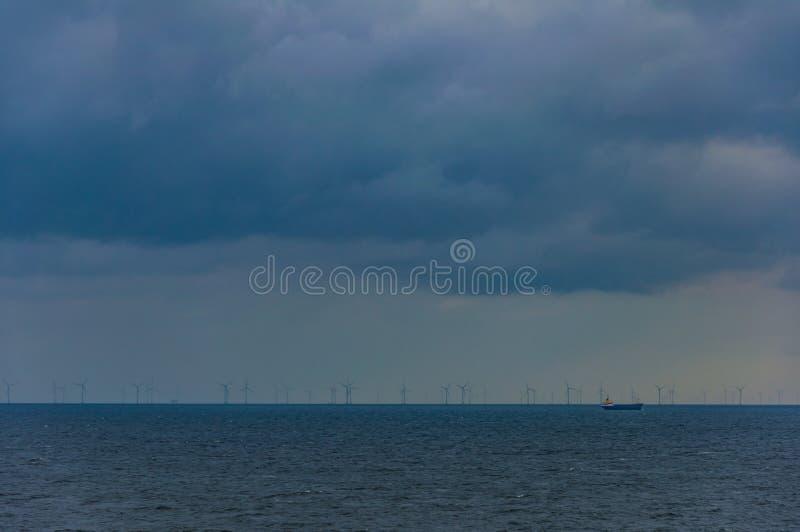 Mulini a vento nel mare fotografia stock libera da diritti