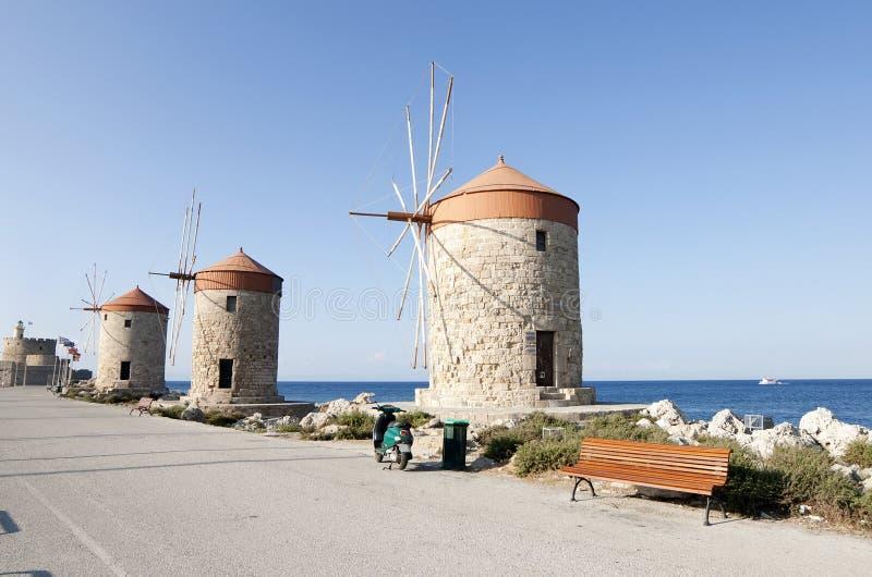 Mulini a vento nell'isola di Rodi fotografie stock