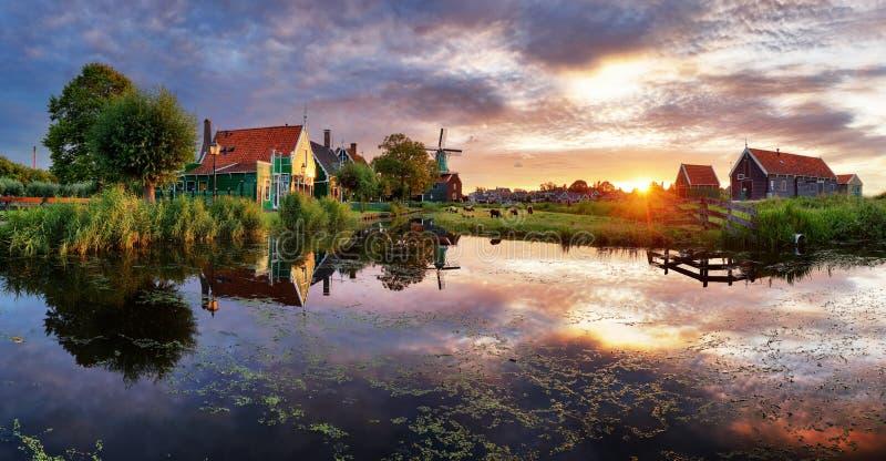 Mulini a vento olandesi al tramonto, paesaggio immagine stock