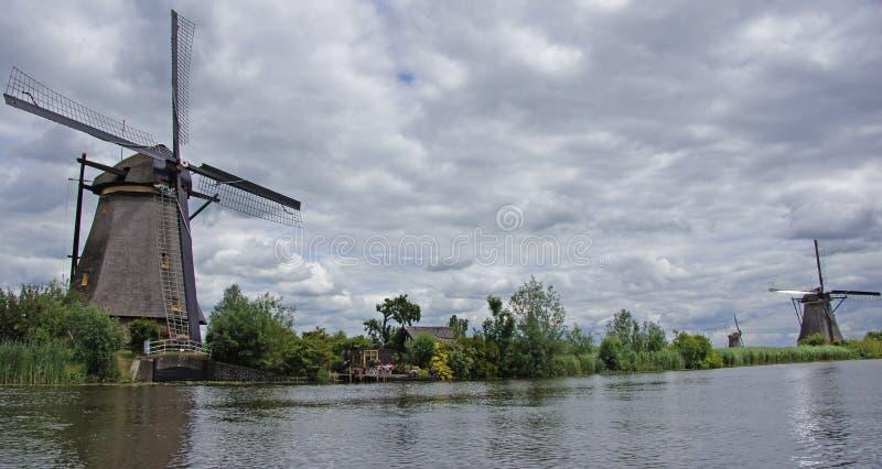 Mulini a vento sotto il cielo olandese a Kinderdijk immagini stock