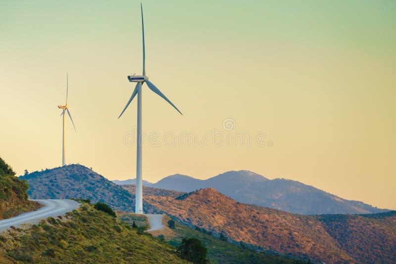Mulini a vento sulle colline greche immagine stock