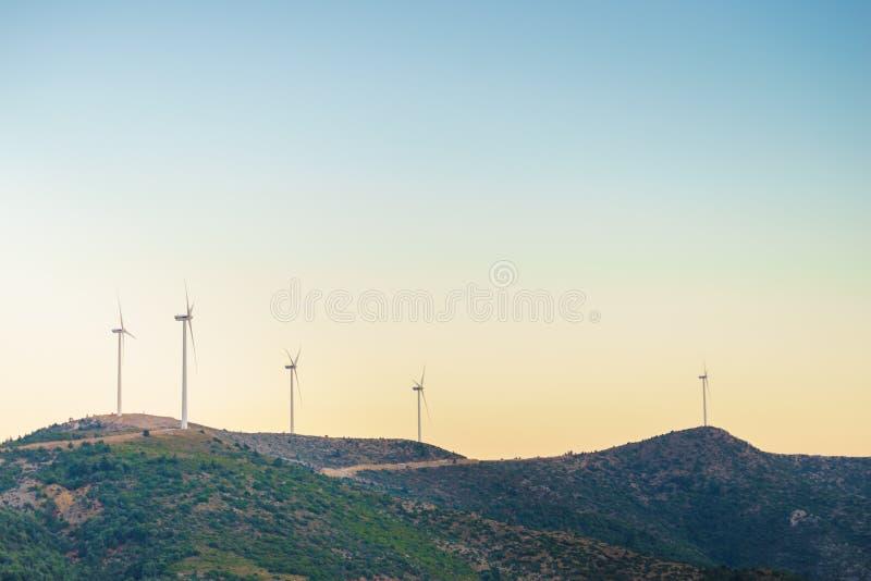 Mulini a vento sulle colline greche immagini stock libere da diritti