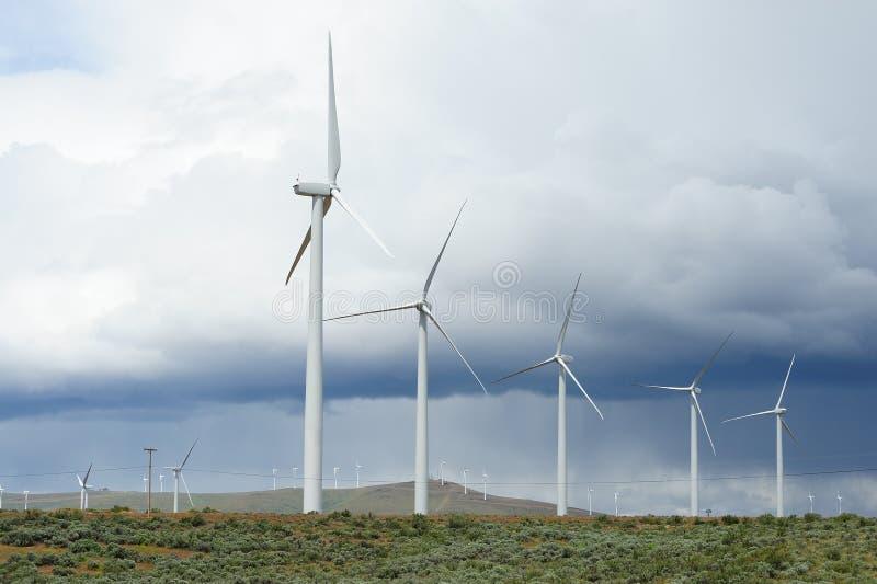 Mulini a vento in tempesta fotografie stock libere da diritti