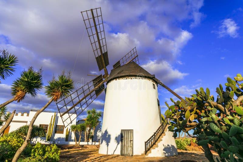 Mulini a vento tradizionali di Fuerteventura Villaggio dell'Antigua Le Isole Canarie fotografia stock libera da diritti