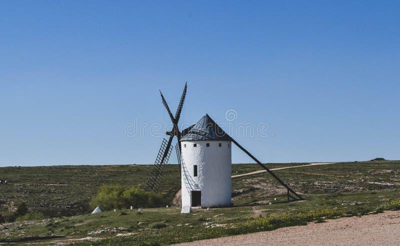 mulini a vento uno situati nella La Mancha della Castiglia in Spagna immagini stock