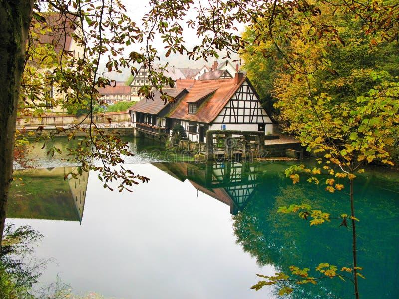Mulino a acqua a Blautopf in autunno, Blaubeuren, Germania immagine stock libera da diritti