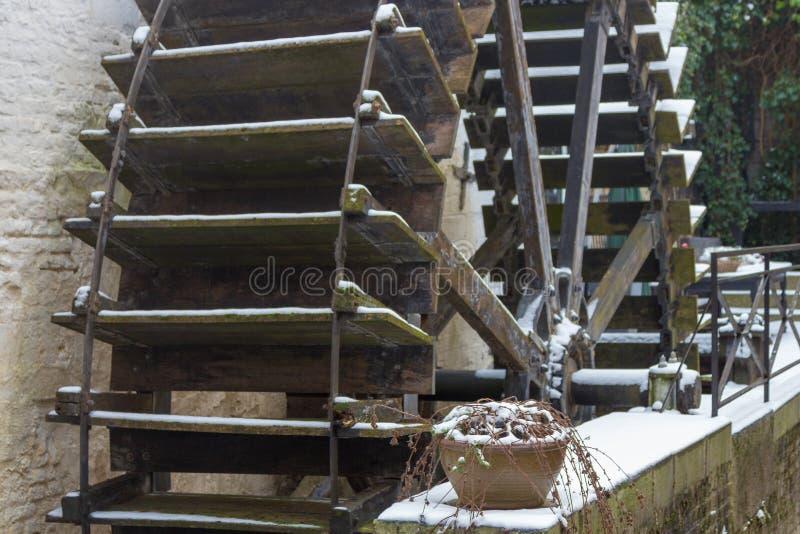 Mulino a acqua coperto di pezzo di neve nell'orario invernale, Maastricht fotografie stock libere da diritti