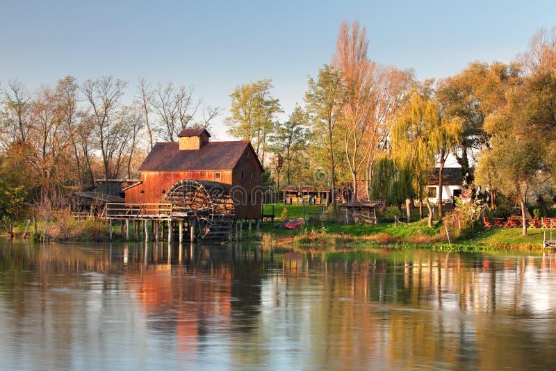 Mulino a acqua in fiume piccoli Danubio - Slovacchia, Jelka fotografia stock libera da diritti