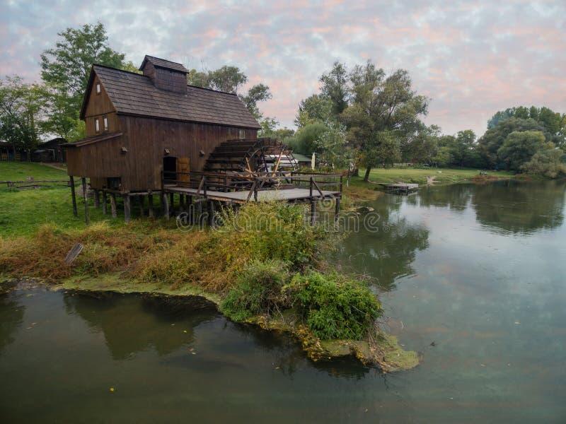 mulino a acqua su piccolo Danubio vicino al villaggio Jelka, Slovacchia fotografia stock libera da diritti