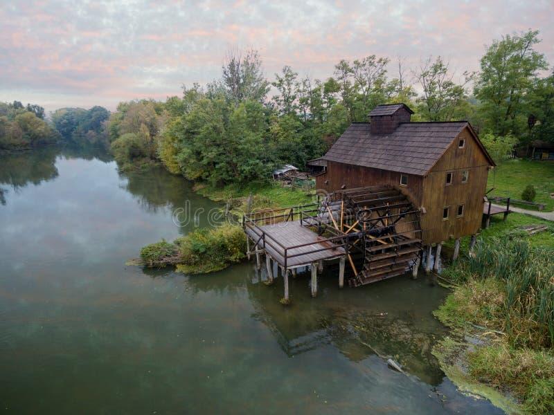 mulino a acqua su piccolo Danubio vicino al villaggio Jelka, Slovacchia fotografie stock libere da diritti
