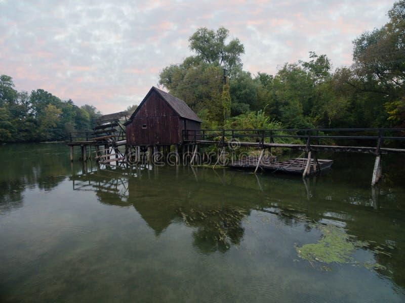 Mulino a acqua su piccolo Danubio vicino al villaggio Tomasikovo, Slovacchia fotografie stock