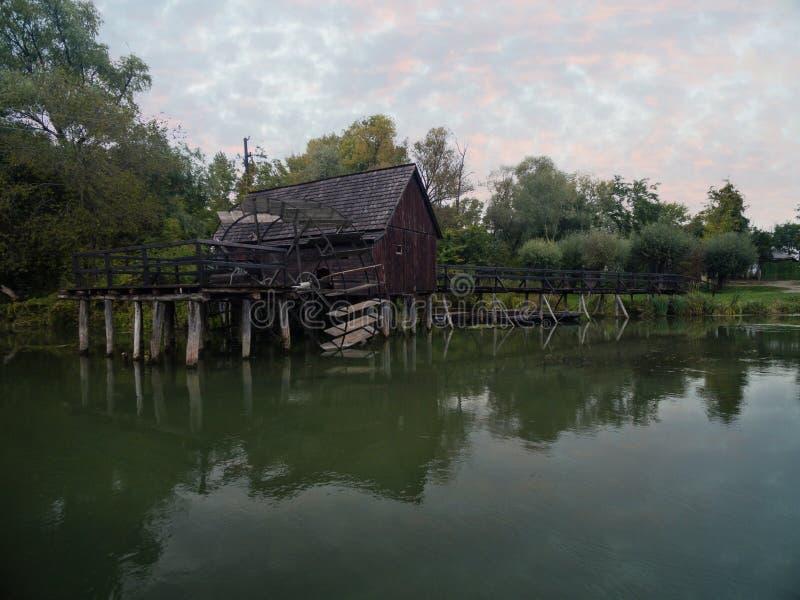 Mulino a acqua su piccolo Danubio vicino al villaggio Tomasikovo, Slovacchia fotografia stock libera da diritti