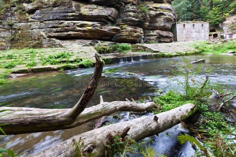 Mulino a acqua sul fiume di Kamenice, regione di Jetrichovice, Ceco Svizzera, repubblica Ceca di Dolsky immagini stock