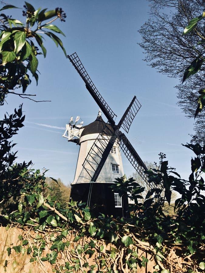 Mulino di vento sull'azienda agricola fotografie stock