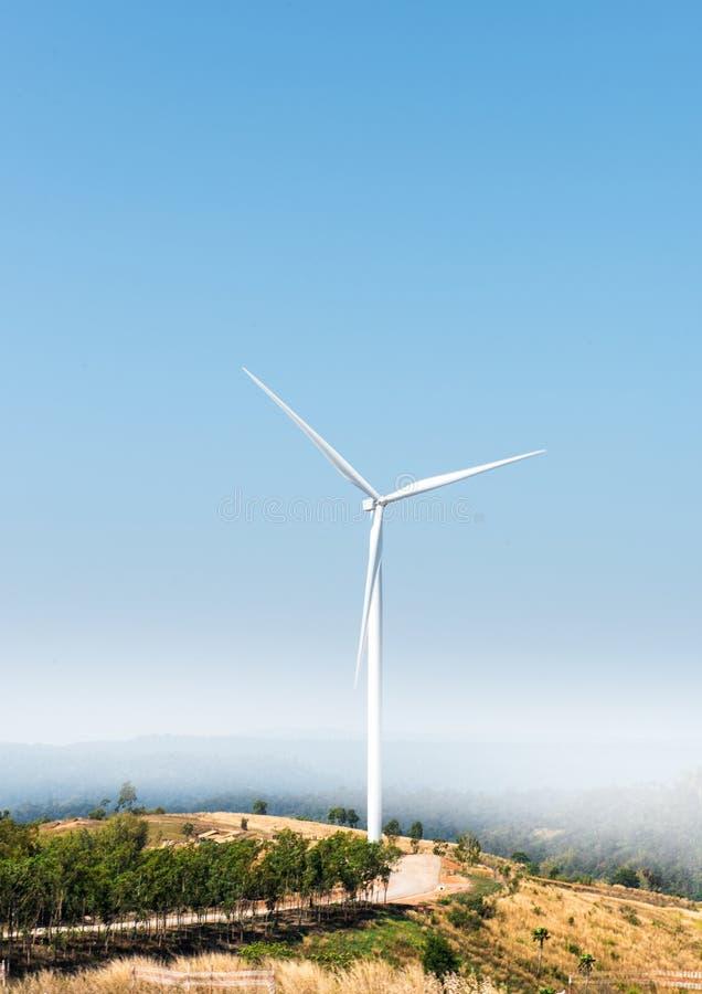 Mulino di vento sulla collina immagine stock libera da diritti