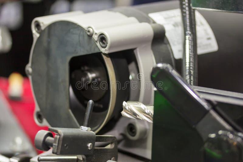 Mulino o trapani di estremità che resharpening dalla macchina dell'affilatrice alla fabbrica fotografia stock libera da diritti