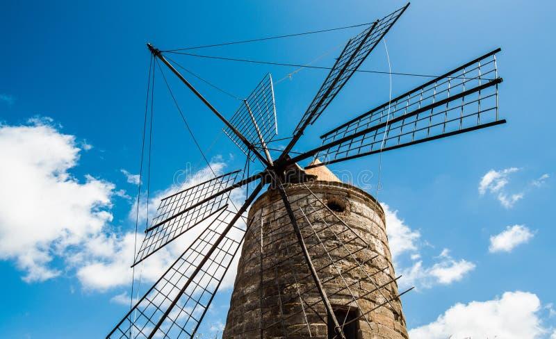 Mulino in pensione. Mulino a vento nelle saline di trapani sicilia stock images