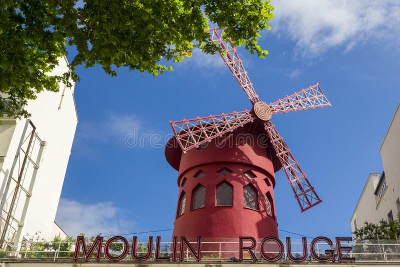 Mulino rosso del cabaret famoso di Moulin Rouge nel quartiere a luci rosse di Pigalle, Parigi, Francia fotografia stock