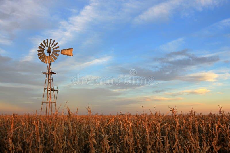 Mulino a vento al tramonto, Argentina del westernmill di stile del Texas fotografia stock