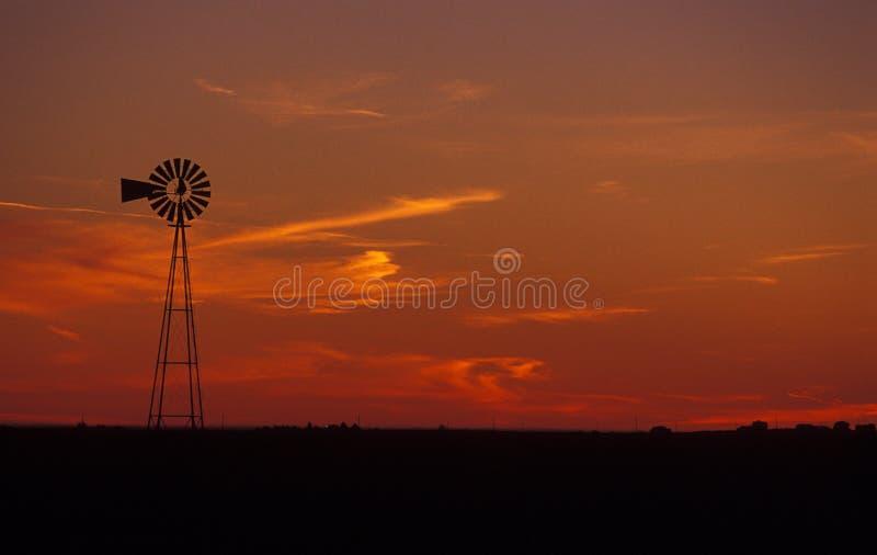 Mulino a vento all'alba fotografia stock libera da diritti
