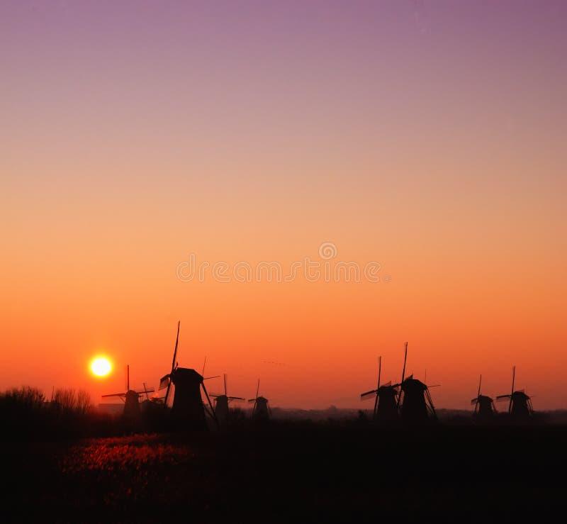 Mulino a vento con il sole aumentare immagini stock libere da diritti