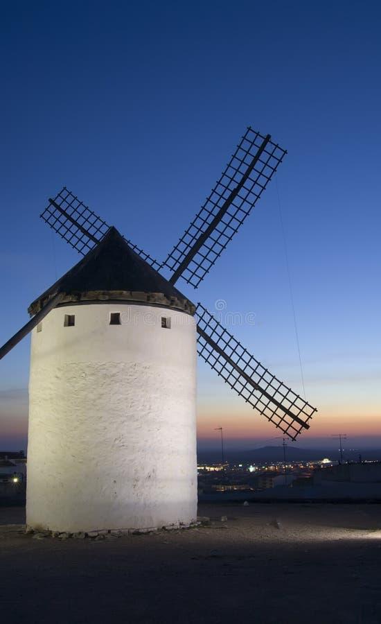 Mulino a vento con il tramonto immagine stock libera da diritti