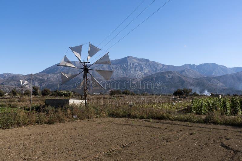 Mulino a vento con un contesto delle montagne immagini stock libere da diritti