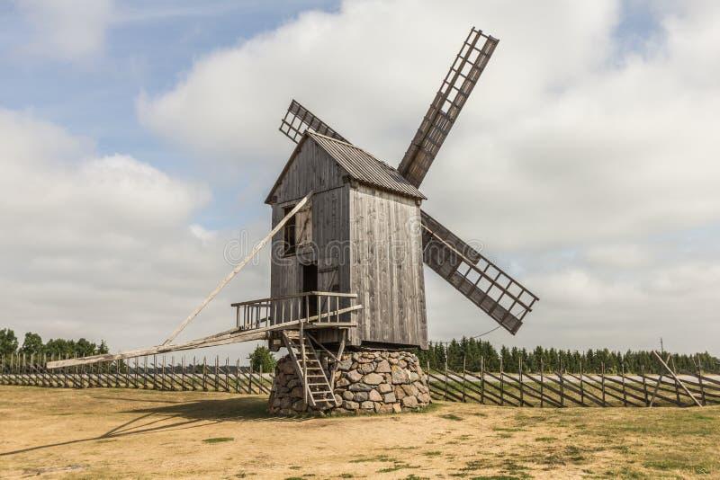 Mulino a vento dalla strada fotografie stock