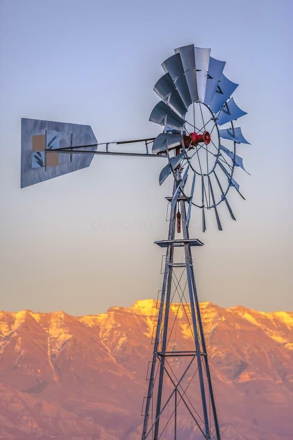 Mulino a vento davanti alle montagne dorate di Timpanogos fotografia stock