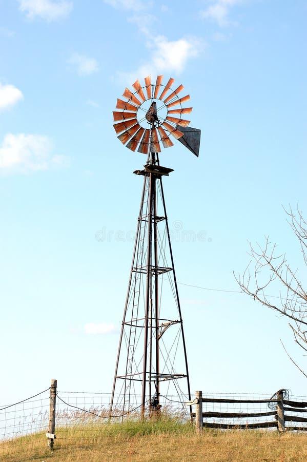 Mulino a vento dell'azienda agricola fotografia stock libera da diritti