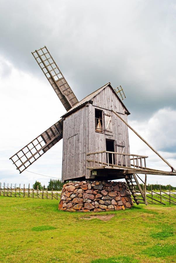 Mulino a vento di legno in Angla, isola di Saaremaa, Estonia fotografie stock libere da diritti