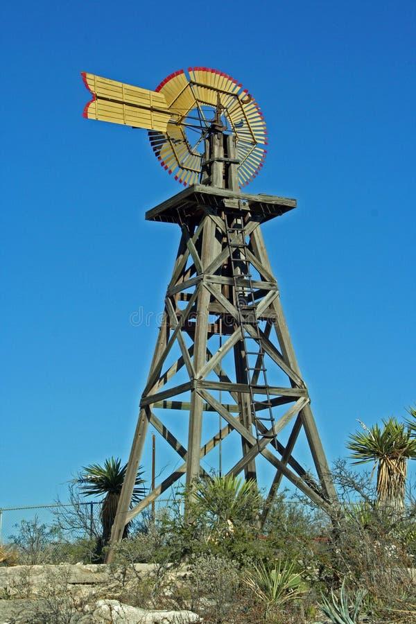 Mulino a vento di legno di Texas occidentale nella grande area della curvatura immagini stock libere da diritti