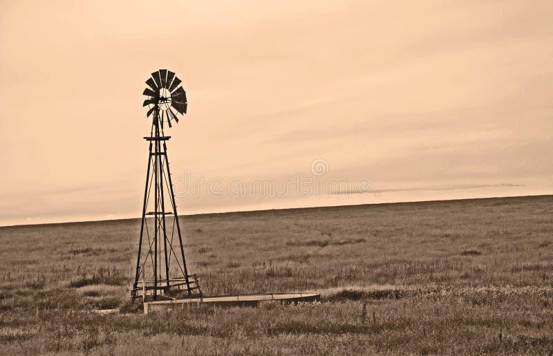 Mulino a vento di seppia sulle pianure ventose fotografia stock libera da diritti