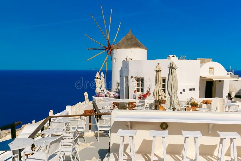 Mulino a vento e case bianche, OIA, Santorini, Grecia immagine stock