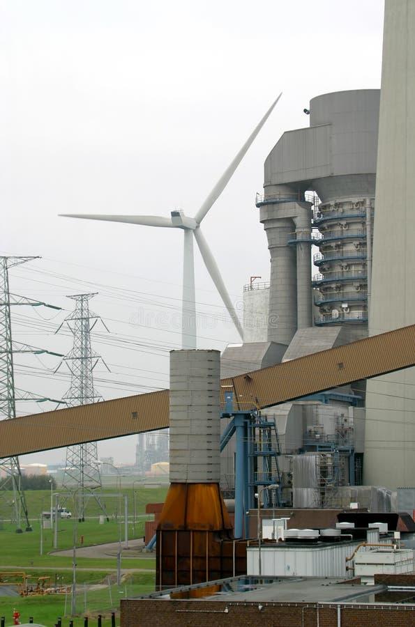 Mulino a vento e centrale elettrica a carbone fotografie stock libere da diritti