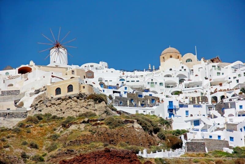 Mulino a vento e cupola in Santorini, Grecia immagine stock libera da diritti
