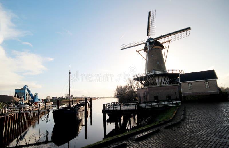 Mulino a vento e nave in fiume Hollanse IJssel immagine stock libera da diritti