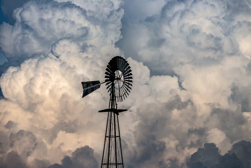 Mulino a vento e nuvole fotografia stock libera da diritti