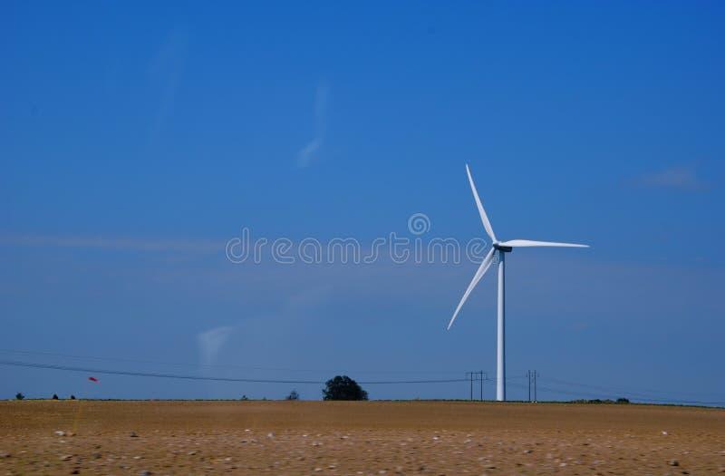 Mulino a vento ed elettrico line fotografia stock libera da diritti