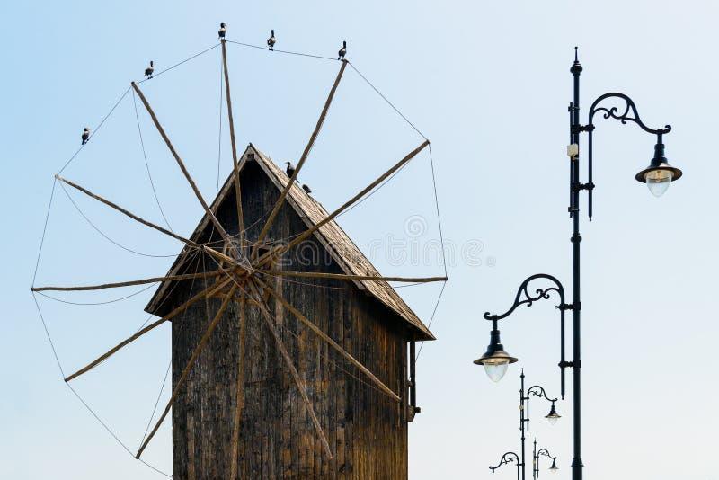 Mulino a vento iconico in Nesebar, Bulgaria immagine stock libera da diritti